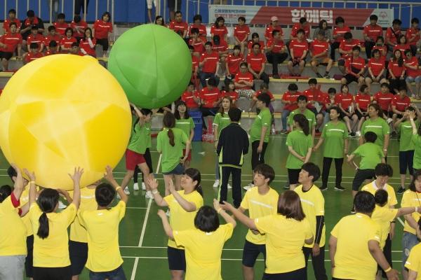 26일 서울 강서구 KBS 아레나 제2체육관에서 열린 '2019 스페셜올림픽코리아 투게더 페스티벌'에서 큰 공 굴리기 경기가 진행되고 있다.