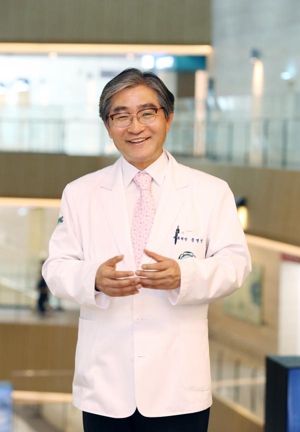 문병인 이화여자대학교 의료원장이 지난 5월 23일 정식 개원식을 열고 본격적인 진료를 시작한 서울 강서구 마곡동의 이대서울병원을 안내하고 있다.