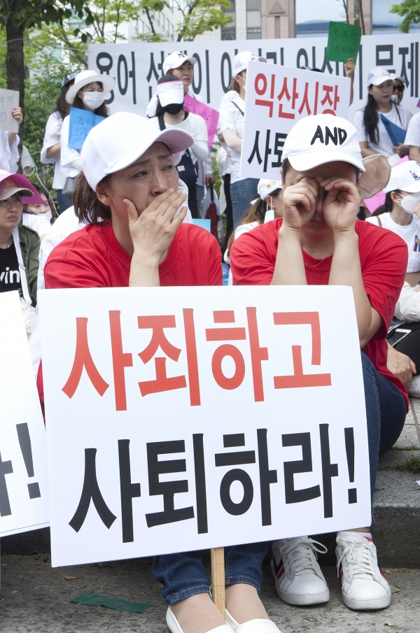 28일 서울 여의도 국회의사당 인근에서 이주여성들이 '차별에 기반한 다문화가족 자녀 비하 발언, 익산시장 규탄대회'를 열어 이주여성들이 자유발언을 들으며 눈물을 흘리고 있다.