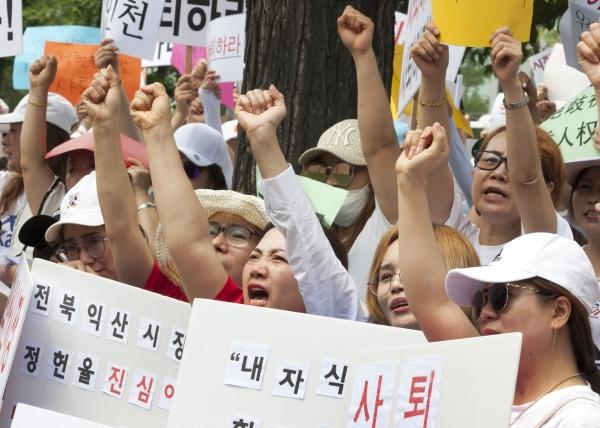 28일 서울 여의도 국회의사당 인근에서 이주여성들이 '차별에 기반한 다문화가족 자녀 비하 발언, 익산시장 규탄대회'를 열어 이주여성들이 정헌율 익산시장의 사퇴를 촉구하는 구호를 외치고 있다.