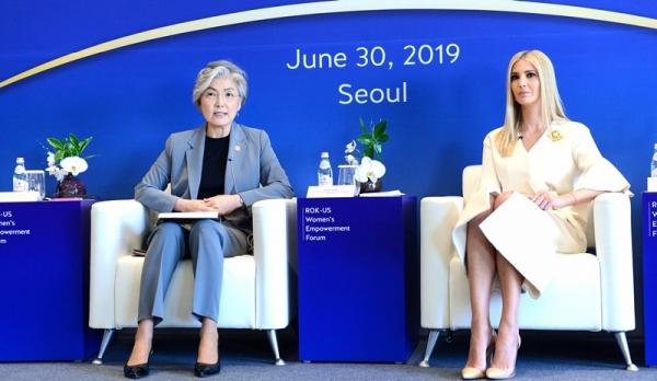 강경화 외교부 장관은 방한중인 이방카 트럼프 미국 대통령 보좌관을 초청, 30일 오전 서울 하얏트 호텔에서 '한미 여성역량 강화 회의'를 개최했다.