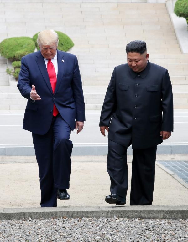 도널드 트럼프 미국 대통령과 김정은 북한 국무위원장이 6월 30일 판문점 공동경비구역(JSA) 군사분계선을 넘어 북측으로 갔다 다시 남측으로 넘어오고 있다.  ©뉴시스·여성신문