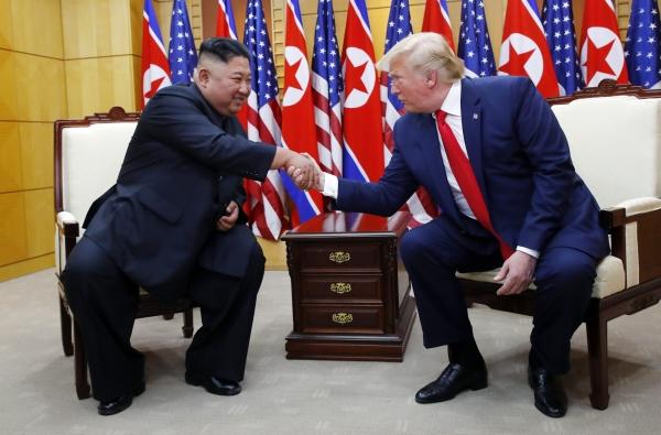 도널드 트럼프 미국 대통령과 김정은 북한 국무위원장이 6월 30일 판문점 자유의 집에서 북-미 정상회담에 앞서 악수하고 있다. ©뉴시스·여성신문
