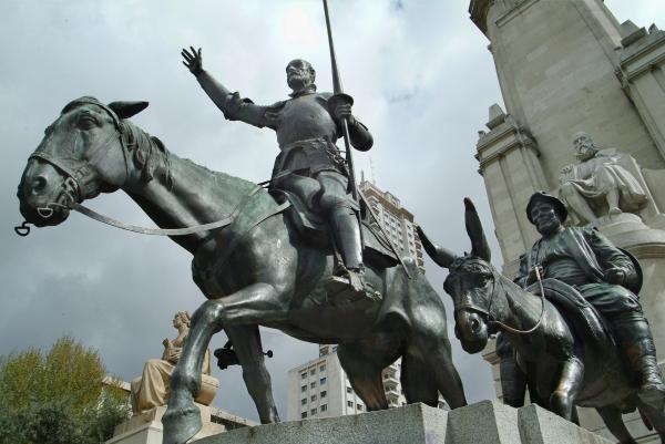 소설 돈키호테를 기념하기 위해 스페인 수도 마드리드 스페인 광장에 조성해 놓은 동상.
