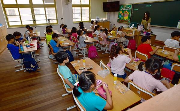점심식사하는 초등생들. 기사와 관련없는 사진. ⓒ뉴시스·여성신문