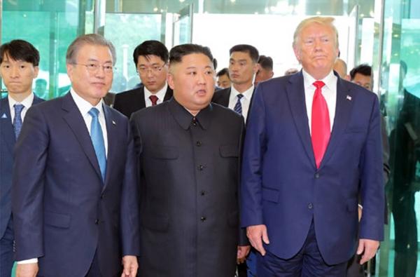 북한 노동신문은 김정은 국무위원장이 지난달 30일 판문점 남측지역에서 도널드 트럼프 미국 대통령과 문재인 대통령을 만났다고 1일 보도했다.