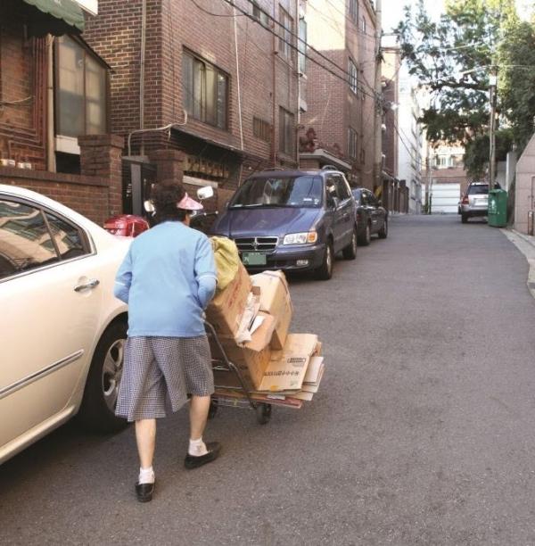재활용품을 수집하는 노인. ⓒ마포구