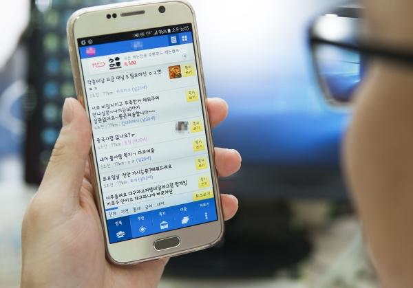 경찰개혁위원회는 아동·청소년 성매매 온상인 채팅앱 운영자들과 협의해 성매매 알선자의 앱 이용을 제재하는 등, 성매매 수요 근절 방안을 마련하라고 14일 경찰에 요구했다.
