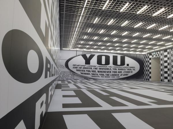 '부제(영원히)'(2017). 5.7mx28.7x18.3m의 거대한 공간 안에는 버지니아 울프의 소설 『자기만의 방』의 문구와 조지 오웰의 소설 『1984』에서 인용한 문구가 가득 채워져 있다.