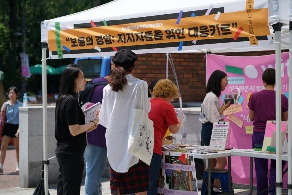 부산문화예술계반성폭력연대가 6일 대학로에서 열린 '문화예술이 젠더를 말하다' 캠페인에서 성폭력피해 발생 시 대응할 수 있도록 키트를 만드는 행사를 진행했다.