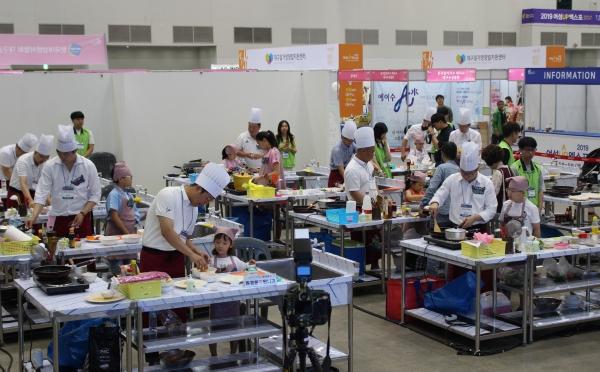 아빠와 아이들이 60분의 요리시간에 맞추어 재료를 손질하며 음식을 만들고 있다. ⓒ권은주 기자