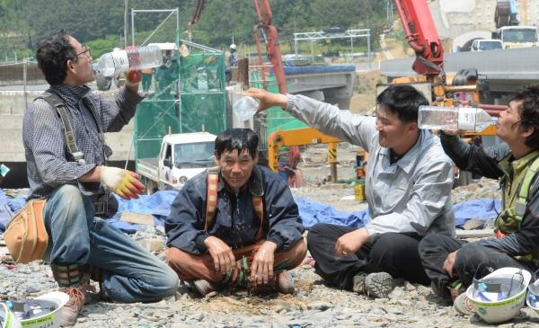 공사현장에서 근로자들 무더위로 인해 얼굴에 물을 뿌리며 잠시 더위를 식히고 있다. ⓒ뉴시스.여성신문