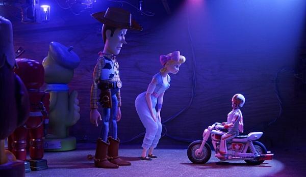 '토이스토리4'에 나오는 보핍(오른쪽에서 두 번째)는 전편과는 다르게 치마 대신 바지를 입고 강한 여성 캐릭터로 등장한다. ⓒ월트디즈니컴퍼니코리아