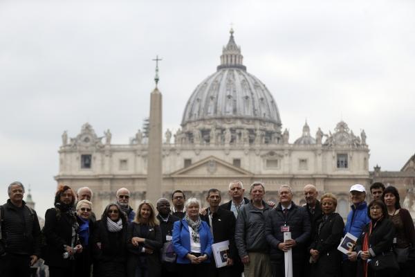 '사제들의 성학대 종식' 회원들과 성학대 희생자들이 지난 2월 18일 바티칸시티의 성베드로 광장에서 단체사진을 찍고 있다. 프란치스코 교황은 2월 21일 개막한 성추문 방지를 위한 세계주교회의에서 신도들은 성추문에 대한 단순한 비난이 아니라 구체적인 행동을 원하고 있다고 말했다. ⓒAP뉴시스·여성신문