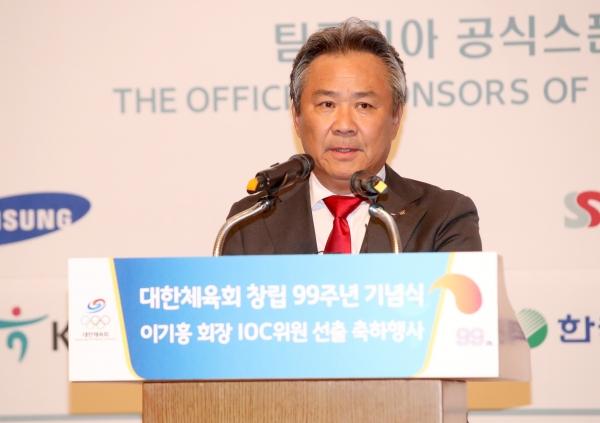 11일 오후 서울 중구 롯데호텔에서 열린 대한체육회 창립 99주년 기념식 및 IOC 위원 선출 축하행사에서 이기흥 회장이 기념사를 하고 있다. ⓒ뉴시스·여성신문