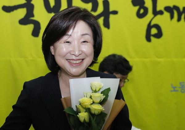 정의당 제5기 당대표에 선출된 심상정 대표가 13일 서울 여의도 국회의원회관에서 꽃다발을 받고 밝게 웃고 있다. ⓒ뉴시스·여성신문