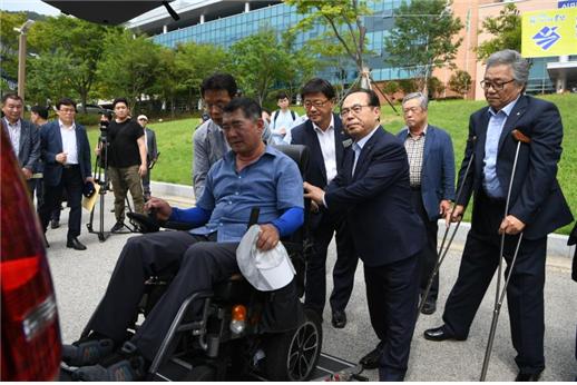 '교통약자 행복도시 부산! 선언식'에서 장애인이 두리발 신차에 탑승하고 있다. ⓒ부산시