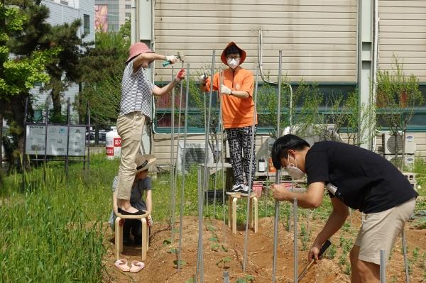 비전화공방의 사람들이 직접 농사를 짓고 있다. ⓒ비전화공방