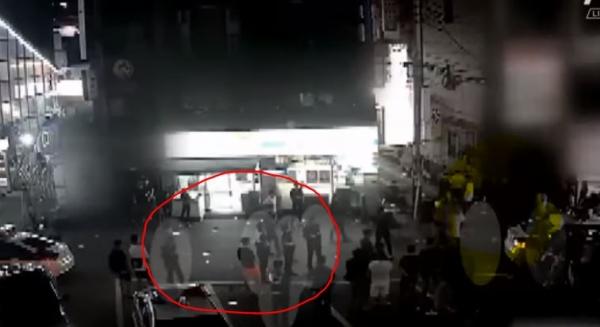 빨간 원으로 표시된 곳에 선 이들이 경찰관으로 이들은 캡처화면 오른쪽에서 일어나는 싸움을 수수방관했다. ⓒ유튜브 영상 캡처
