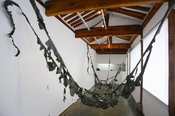 오계숙 작가의 '푸른 해먹'(2010). 여군 간호복과 실, 천 등을 가지고 만든 해먹이다. 미국 스펜서 아트 박물관에 있던 작품을 최근 국내 개인전에서 공개했다. ⓒ아트링크