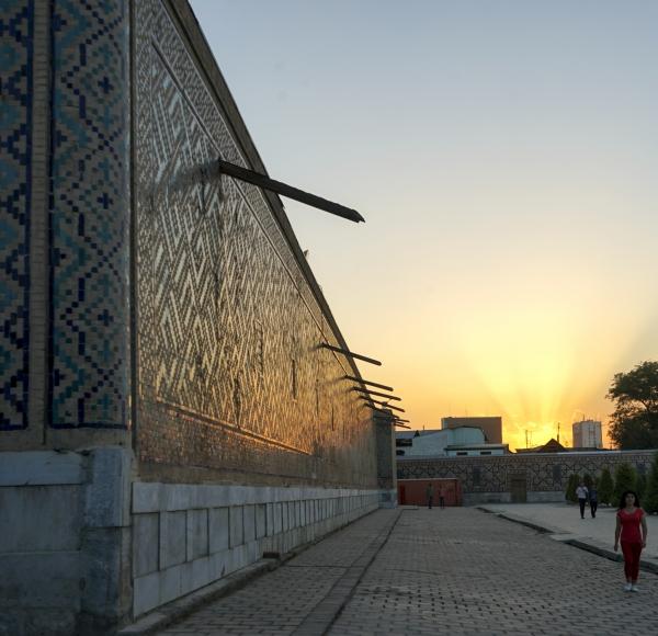 사마르칸트 15c 레기스탄 광장을 따뜻하게 비추는 황혼. 사진_조현주