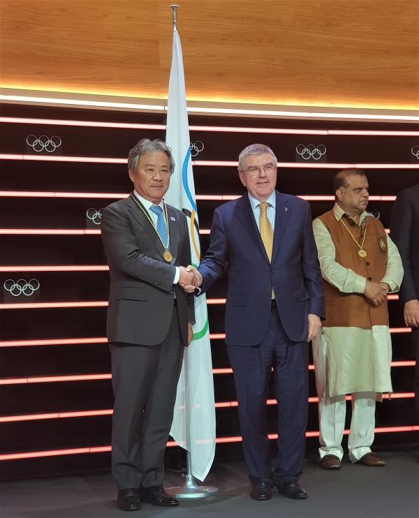 이기흥(왼쪽) 대한체육회장이 국제올림픽위원회(IOC) 위원으로 선출된 뒤 바흐 IOC 위원장과 악수하고 있다. ⓒ대한체육회