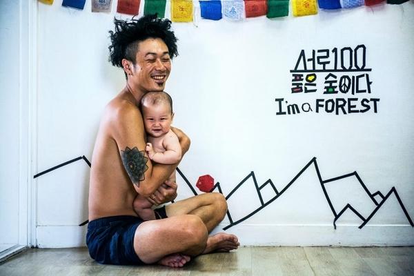 '두 번째 페미니스트' 저자 서한영교(왼쪽) 씨는 아버지들도 아이의 성장을 바라보면서 '감동받을 권리'가 있다고 말한다. ⓒ차영진