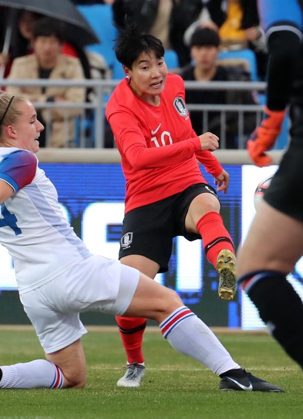 이금민이 4월 9일 강원도 춘천시 송암스포츠타운 주경기장에서 열린 2019 FIFA 프랑스 여자 월드컵 대한민국 국가대표팀 친선경기 대한민국-아이슬란드의전에서 슛을 날리고 있다. ⓒ뉴시스·여성신문