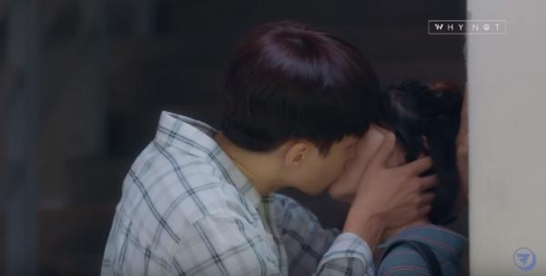 한 웹드라마에서는 남성 주인공이 자신의 마음을 거절하는 여자 주인공에게 강제로 키스하는 장면이 나가기고 했다. ⓒ해당 드라마 갈무리