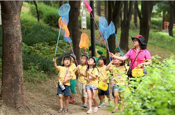 성동구 송정제방에서 아이들이 매미학습교실에 참여하고 있다. ⓒ성동구청