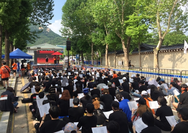 제2차 강간카르텔 유착수사 규탄시위가 27일 오후 서울 종로구 청와대 사랑채 앞 도록에서 진행되고 있다. / 진주원 기자