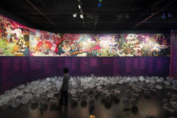 '안은미래'전 전시실 벽에는 무용가로 살아온 안은미의 일대기가 벽화와 에피소드 형식으로 나열돼 있다. ⓒ서울시립미술관