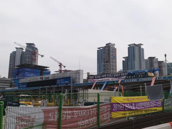 6일 서울 톨게이트 캐노피(구조물) 위에는 수납원들의 직접 고용을 요구하는 현수막이 가득 걸려 있다. 캐노피 위에는 현재 노조원 32명이 올라가 있다. ⓒ김진수 여성신문 기자