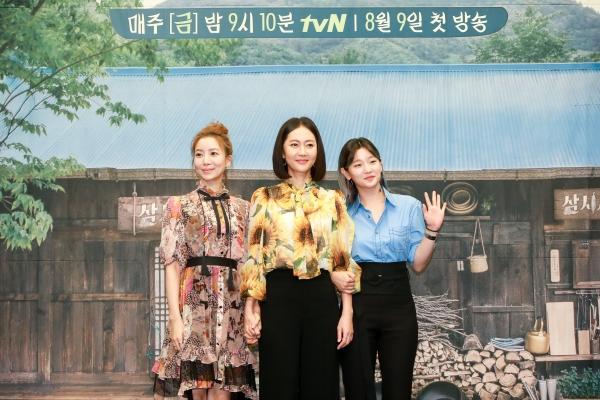 (왼쪽부터) tvN '삼시세끼'에 출연하는 배우 윤세아, 염정아, 박소담이 8일 서울의 한 호텔에서 열린 기자간담회에서 포즈를 취하고 있다. ⓒCJ ENM