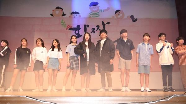 5월 23일 오후 세종시 교육청에서 열린 편한교복 패션쇼에서 학생들이 세종시 4개 중고교(고운중·두루중·아름중·소담고) 교복을 입고 패션쇼를 하고 있다. ⓒ뉴시스·여성신문