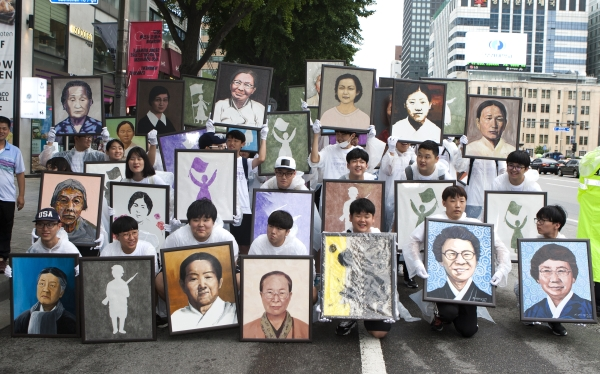 14일 서울 광화문 사거리에서 학생들이 여성독립운동가 292명의 초상화를 들고 서대문 형무소를 향해 '항일여성독립운동가 추모대행진'을 하고 있다. ⓒ이정실 여성신문 사진기자