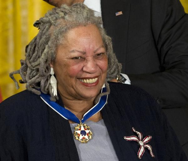 흑인 여성으로는 처음으로 노벨 문학상을 받은 토니 모리슨이 5일(현지시간) 88세로 별세했다. 사진은 모리슨이 지난 2012년 5월29일 버락 오바마 미국 대통령으로부터 '자유의 메달'을 받는 모습이다. ⓒAP뉴시스·여성신문