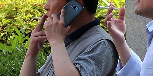 서울 건물 외부에서 흡연자들이 담배를 피고 있다. ⓒ뉴시스·여성신문