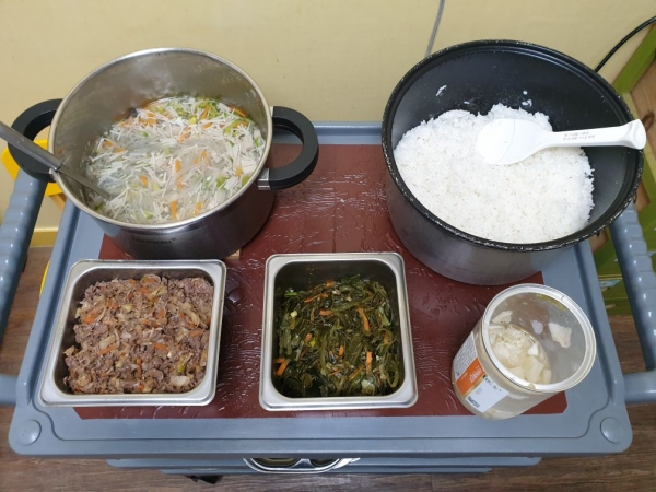 이 음식들을 25명의 아이들이 급식으로 먹는다. ⓒ정치하는엄마들 문경자 활동가