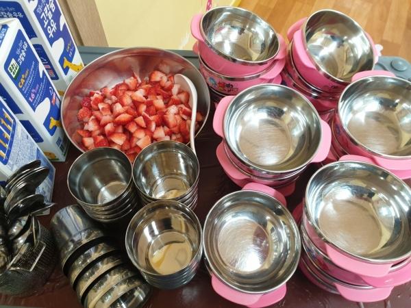 25명의 아이들은 딸기 500g 기준 한 팩을 먹는다. 고기도 무조건 1kg으로 정해져있다. ⓒ정치하는엄마들 문경자 활동가
