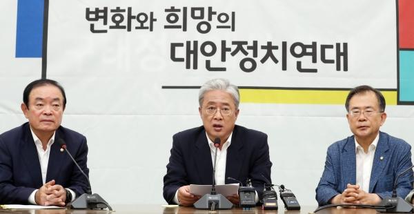13일 오전 서울 여의도 국회에서 열린 대안정치연대 회의에서 유성엽 임시대표가 발언하고 있다.  /뉴시스