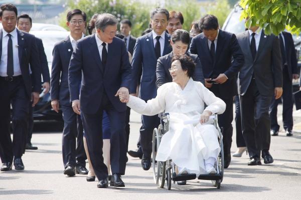문재인 대통령이 지난해 8월 14일 충남 천안 국립 망향의 동산에서 열린 일본군 위안부 피해자 기림의 날 기념식에 앞서 이용수 할머니와 함께 장미묘역으로 이동하고 있다. ©뉴시스·여성신문
