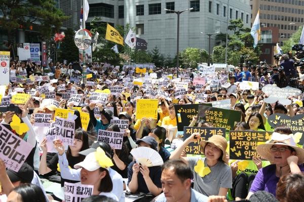 세계 일본군 위안부 기림일이자 광복절을 하루 앞둔 8월 14일 정오 서울 종로구 옛일본대사관 앞에서 열린 제1400차 일본군 성노예제 문제 해결을 위한 정기 수요집회에 참가자들이 함꼐 구호를 외치고 있다.  ⓒ곽성경 여성신문 사진기자