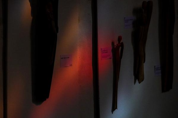 목조각 전시가 열리는 교회 벽에 비친 붉은 빛이 신비로움을 더한다. 사진_조현주
