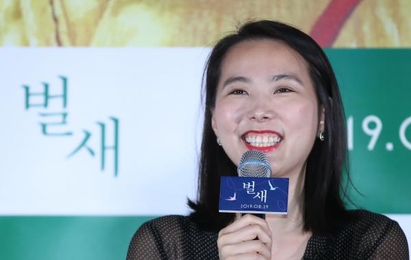 영화 '벌새' 김보라 감독이 14일 오후 서울 이촌동 CGV용산아이파크몰에서 열린 언론시사회에서 질문에 답하고 있다. '벌새'는 전세계 영화제에서 25관왕을 석권한 영화로 1994년 가장 보편적인 소녀 은희의 이야기다. ⓒ뉴시스·여성신문
