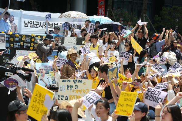 세계 일본군 위안부 기림일이자 광복절을 하루 앞둔 8월 14일 정오 서울 종로구 옛일본대사관 앞에서 열린 제1400차 일본군 성노예제 문제 해결을 위한 정기 수요집회에 참가자들이 함께 구호를 외치고 있다.  ⓒ곽성경 여성신문 사진기자