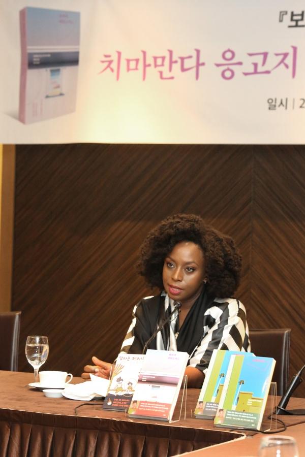 세계적인 페미니스트 나이지리아 소설가 치마만다 응고지 아디치에가 19일 서울 중구 플라자호텔에서 열린 소설 '보라색 히비스커스' 출간 기자간담회에서 질문에 답하고 있다. ⓒ곽성경 여성신문 사진기자