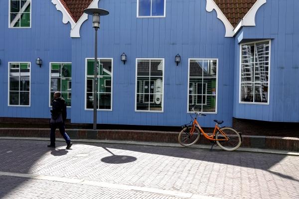 잔담 전통 가옥 창문에 잔담 상징색인 초록색 건물이 반영되어 아른거린다. 사진_조현주