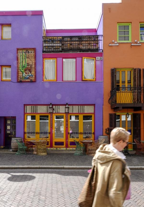 보라와 주황색 대조가 선명한 건물. 사진_조현주