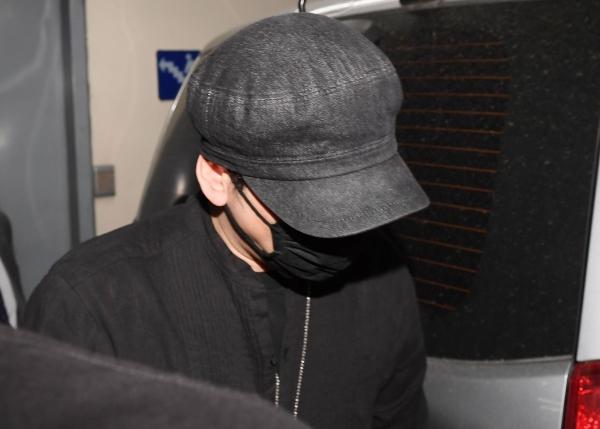 모자와 마스크로 얼굴을 가린 양현석 YG엔터테인먼트 전 대표가 27일 새벽 서울지방경찰청에서 조사를 마치고 귀가했다. ⓒ뉴시스·여성신문